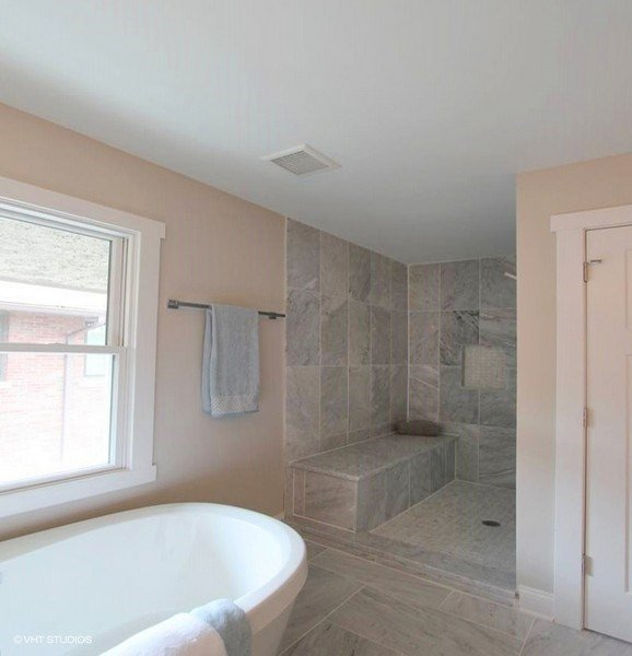 25_843NorthEastAvenue_13002_MasterBathroom_LowRes