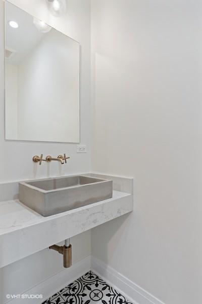 36_2335WAltgeld_323_Bathroom_LowRes