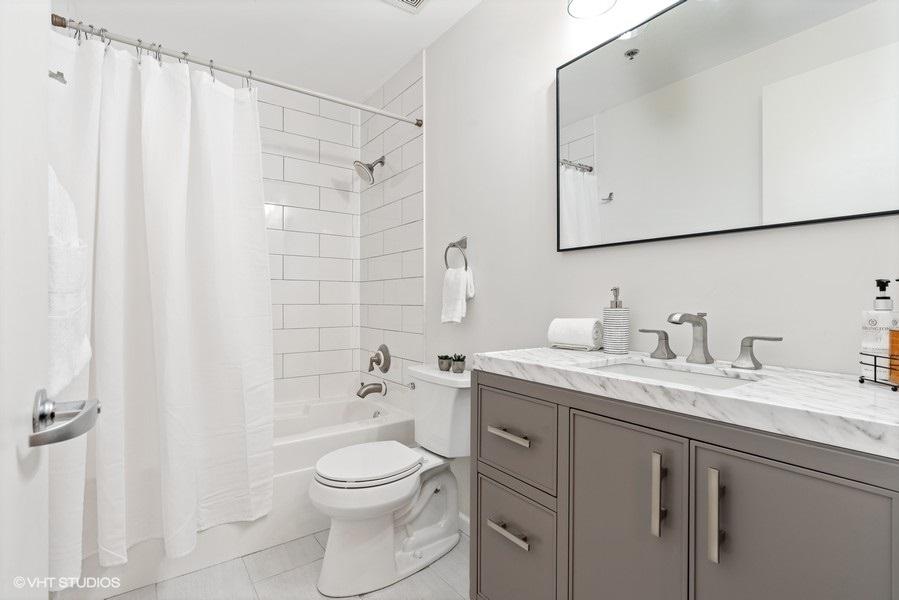 09_210SDesPlainesSt_Apt210_8_Bathroom_LowRes
