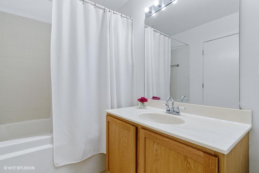 15_360-W-Illinois-St_427_323_Bathroom_Web