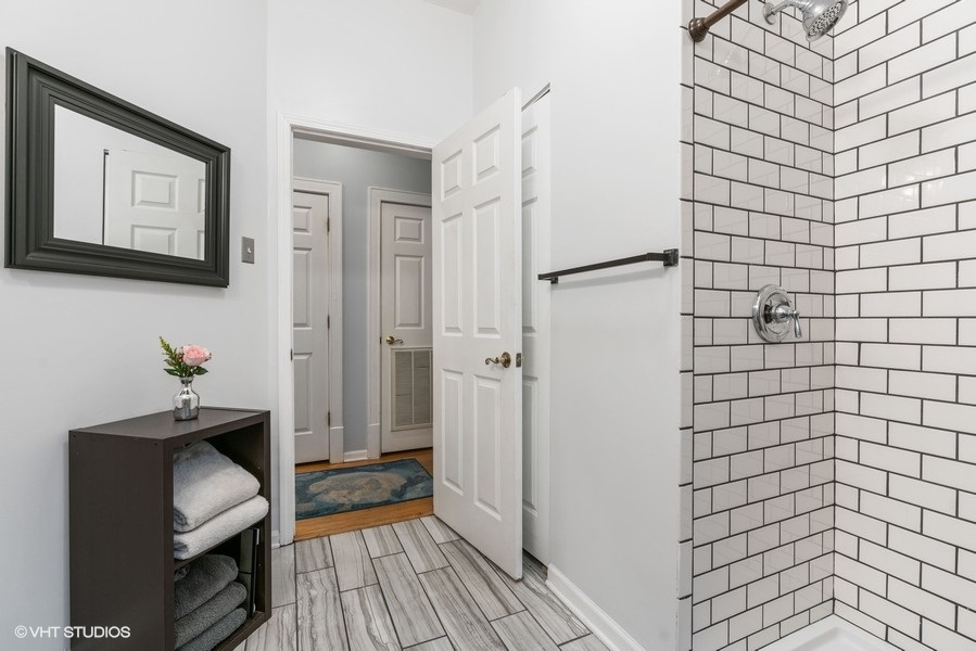 22_5919NKenmore_Unit2_323_Bathroom_LowRes
