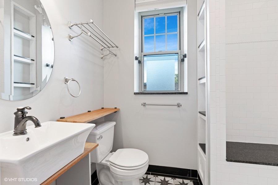 20_1257WGranvilleAve_Unit3_323_Bathroom_LowRes