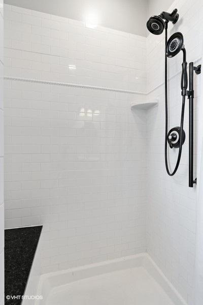 21_1257WGranvilleAve_Unit3_8001_Bathroom_LowRes